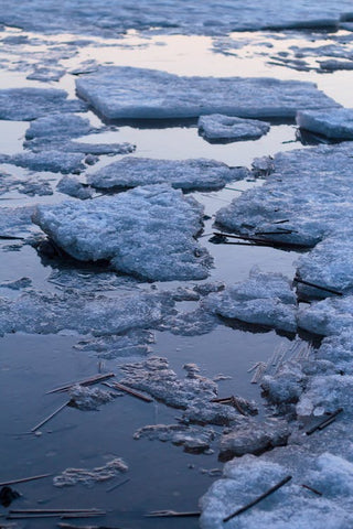 A wide are of white melted ice bergs