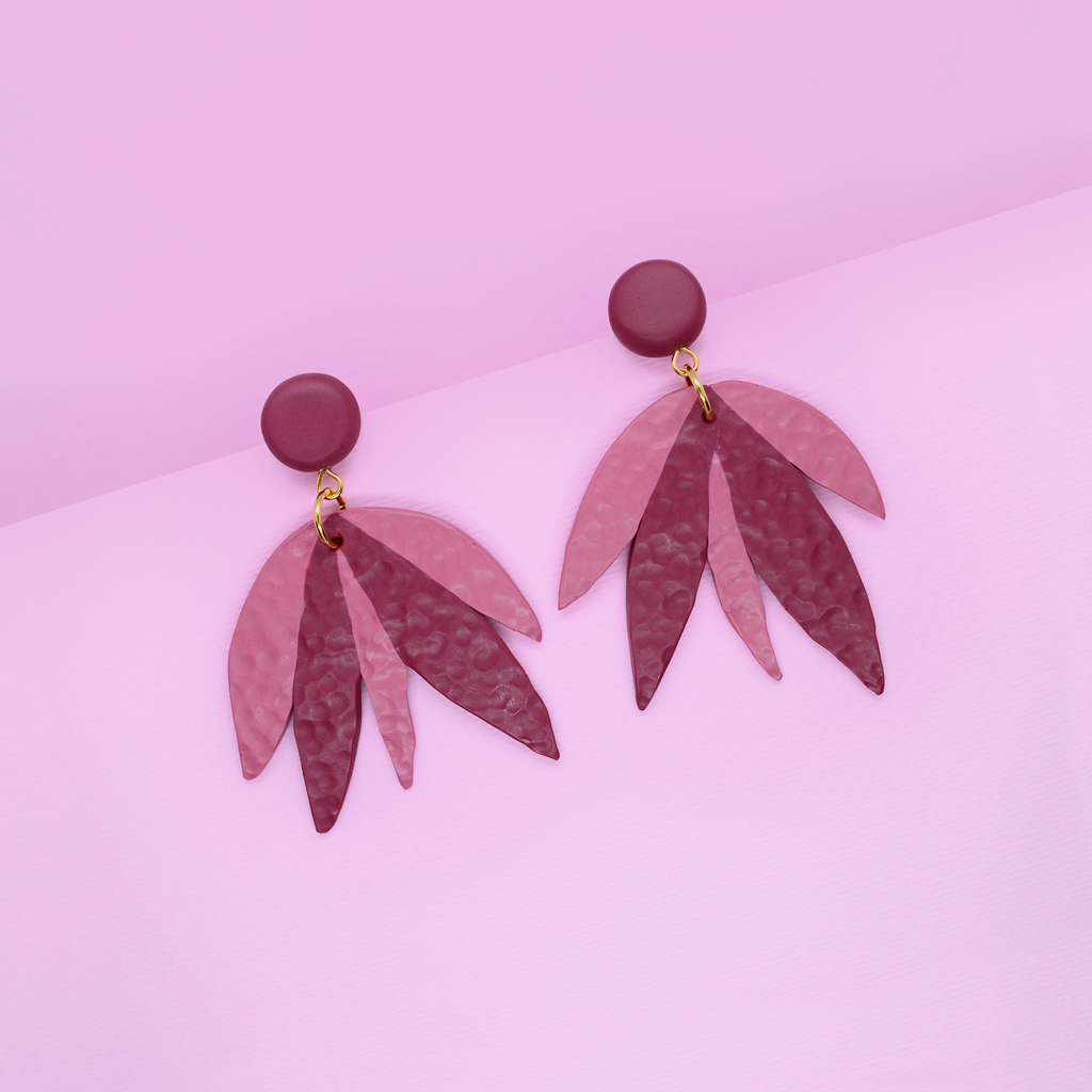Polymer clay floral drop dangle earrings in pink and plum red color. Cute and feminin flower shape pattern hummered element hanging down.