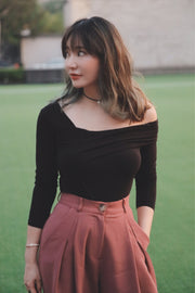 One Side Off-Shoulder Cut-and-Sew [Black/Brown]
