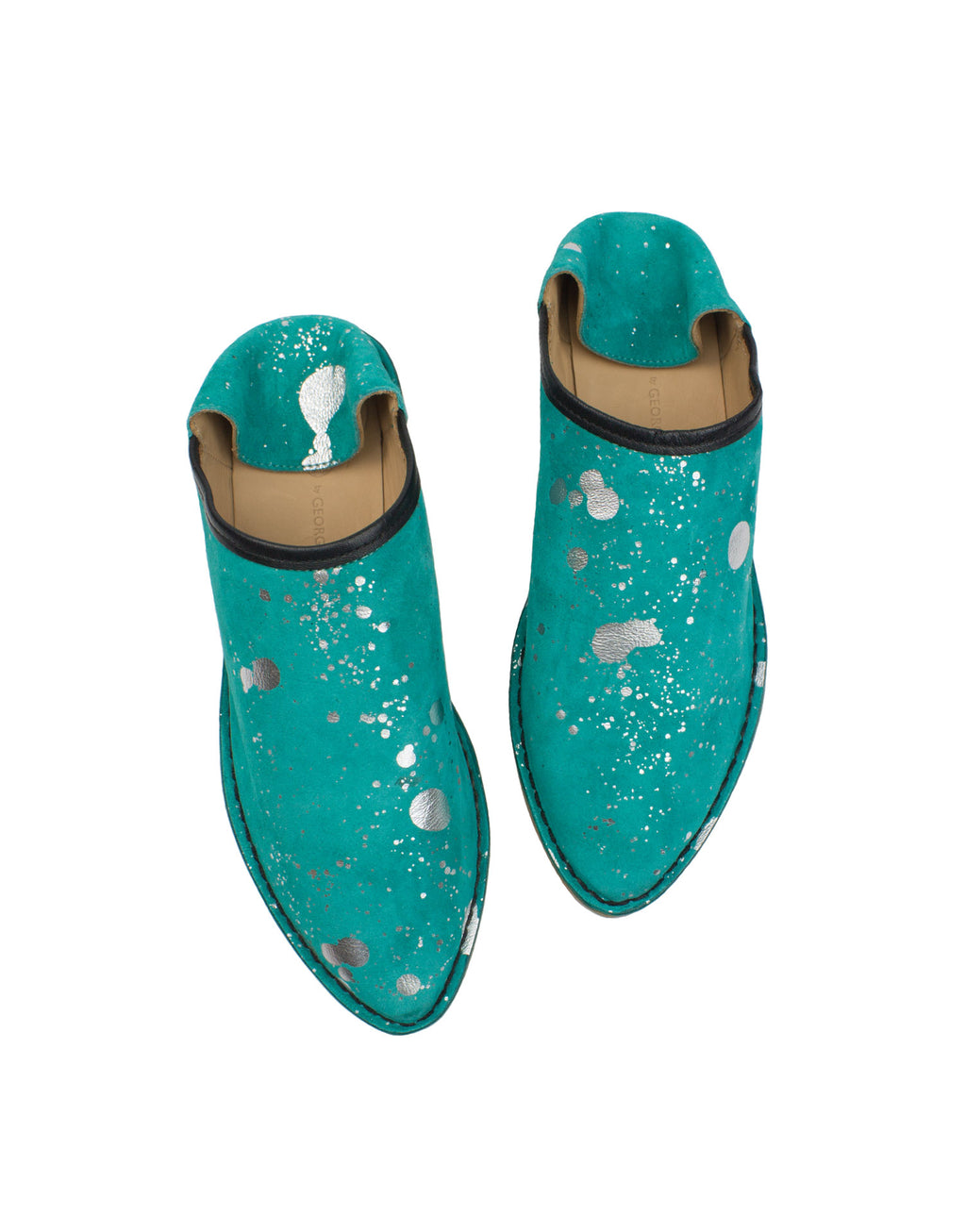 With a hidden wedge and cushioned insole these designer leather slippers provide style in comfort. Love your flats, this is an outdoor shoe with an indoor attitude.