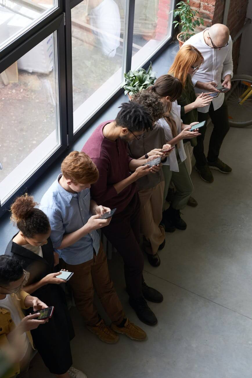 People holding their phones | King Kongtent blog