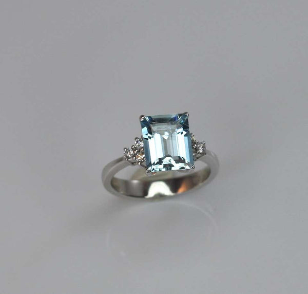 18 Karat White Gold Aquamarine Solitaire Ring with Diamonds