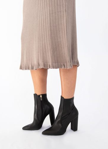 Sloane Pointy Toe Heeled Ankle Bootie - Black