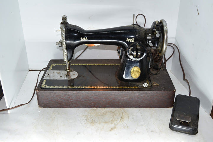 Vintage Deluxe De Luxe Family Sewing Machine With Light Oster Motor She Shed