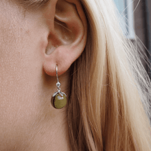 Load image into Gallery viewer, Magic earring- green silver
