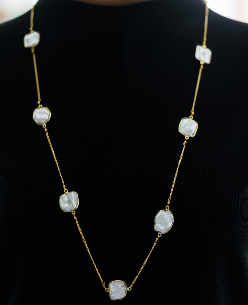 Irregular square-shaped mother of pearls with gold-plated chain