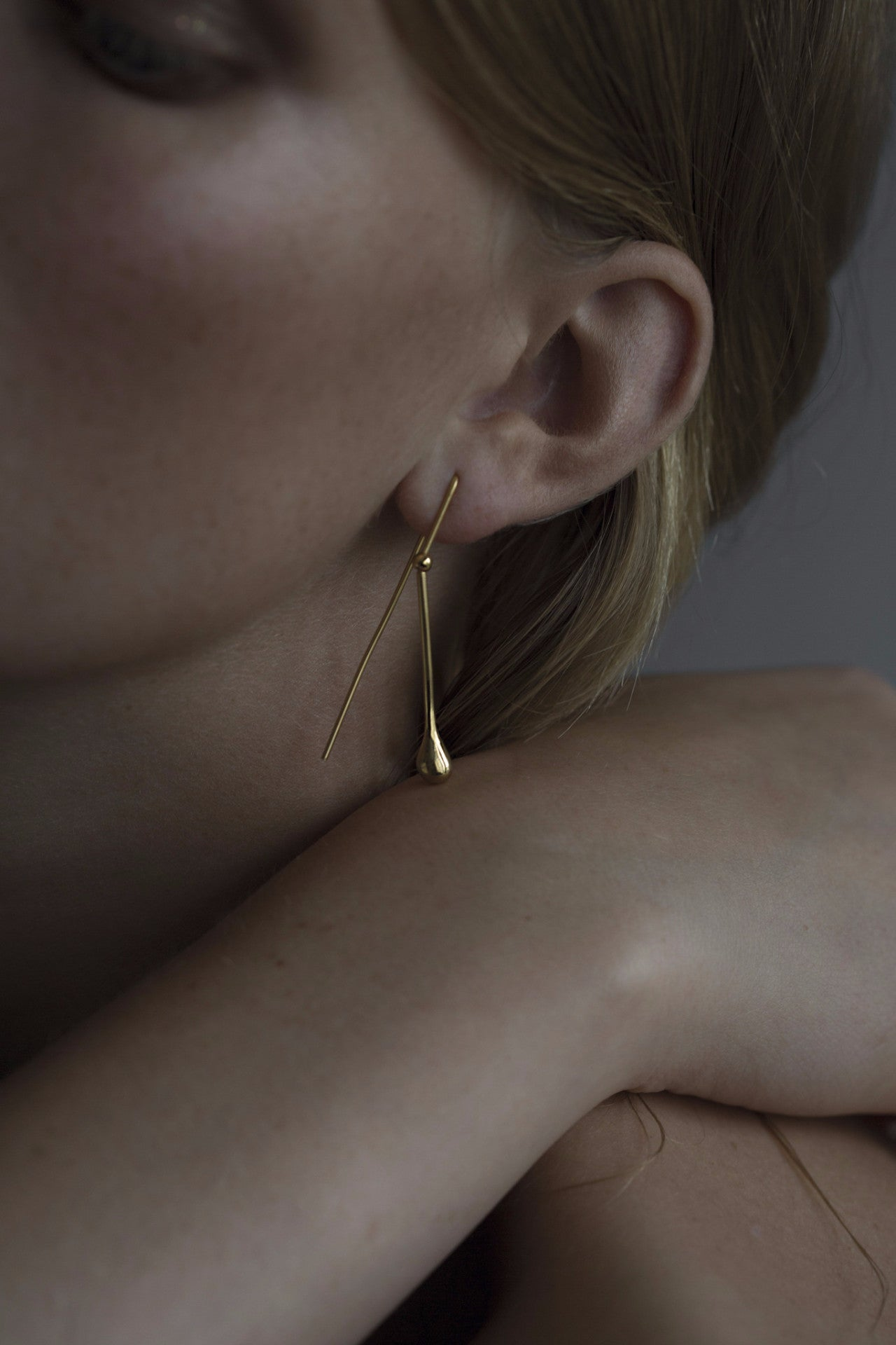 MOVING TEARDROP · EARRING · 18KT. GOLD