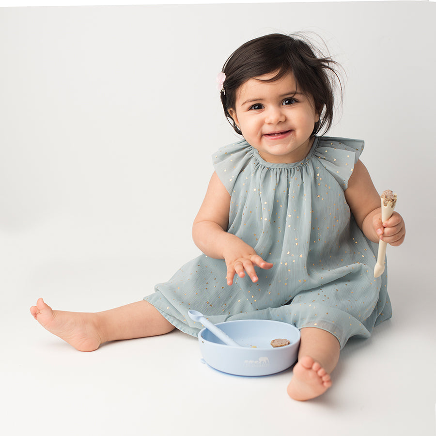 les enfants silicon bowl and cutlery set eating collection blue baby model holding giraffe spoon fork