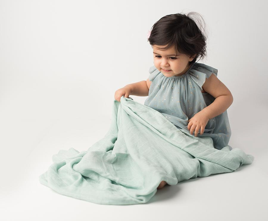 Les enfants 100% bamboo muslin blanket green with baby model