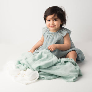 Les enfants 100% bamboo muslin blanket green with baby model smiling