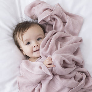 les enfants muslin blanket 100% bamboo pink with baby model