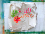 storage-travel-bag-hello-sunshine-handbemalte-korbtasche-hibiscus-pink-orange-green-mit-quaste-leder-griffen-und-schulterriemen-crazycreative.de-by-gabriele-van-de-flierdt