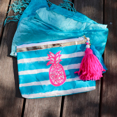 pineapple-beach-handbemalte-clutch-vegan-pineapple-print-türkis-texipap-front-crazycreative.de-by-gabriele-van-de-flierdt