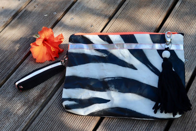 wild-thing-handbemalte-clutch-vegan-zebra-print-black-white-silver-texipap-crazycreative.de-by-gabriele-van-de-flierdt