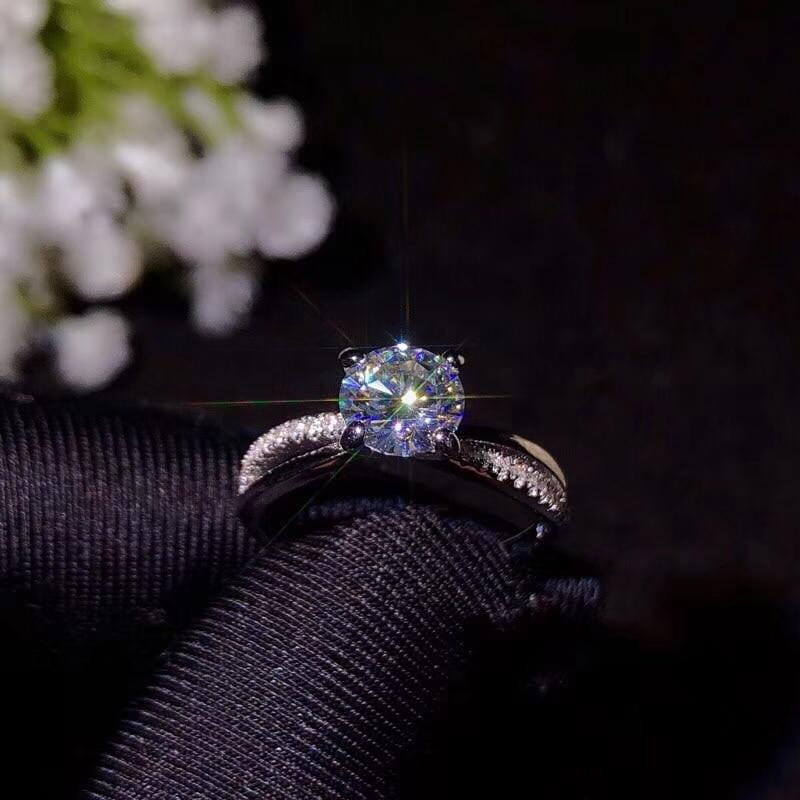 Split Silver Band Solitaire Moissanite Engagement Ring 1 Carat - Luxus Moissanite Rings & Jewelry