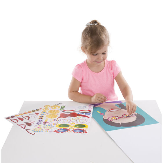 kind speelt met Melissa & Doug make-a-face stickerpad