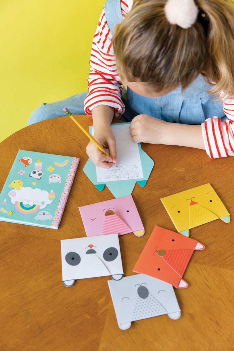 kind speelt met Petit Collage DIY My Stationery Kit