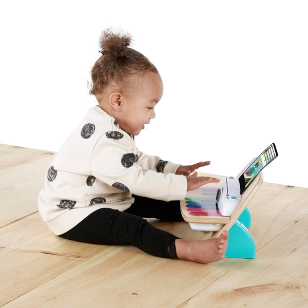 kind speelt met Hape magic touch piano