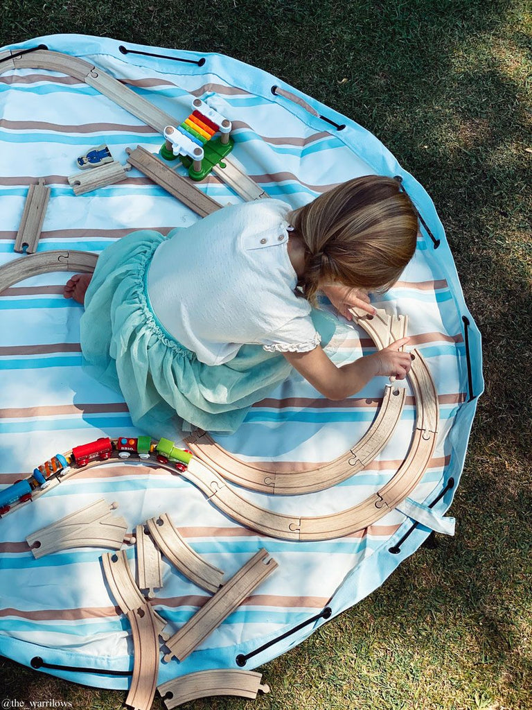 kind speelt op Play&Go outdoor stripes opbergzak speelmat
