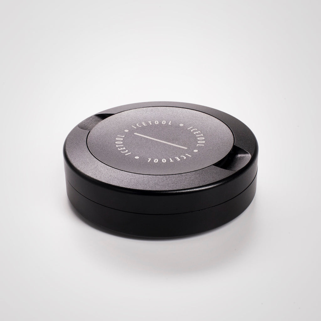 Icetool The Can black aluminum snus container for portion snus and nicotine pouches. Space for used portions under the lid. On a white background.