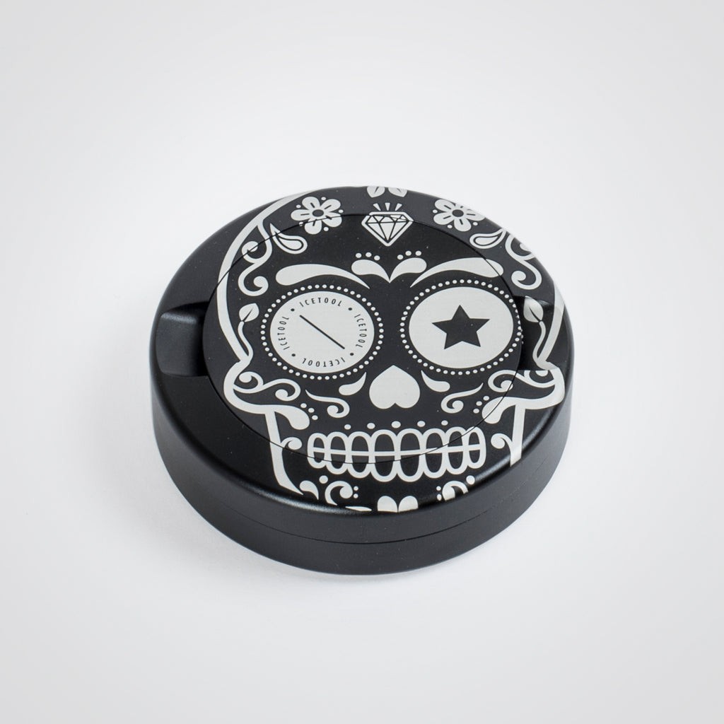 Icetool The Can, black aluminum snus can for portion snus and nicotine pouches. Extra storage under the lid for used portions. Black aluminum with Sugar Skull graphics.