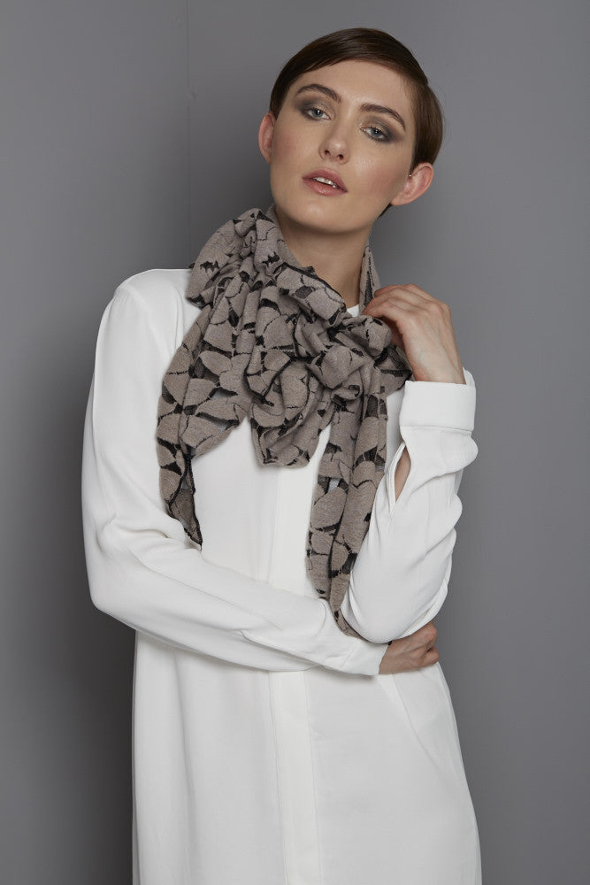 Full tasseled lace scarf in beige/ black