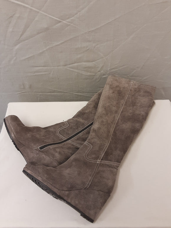 BNWOT Clarks ladies brown suede boots size 4.5D  - H70