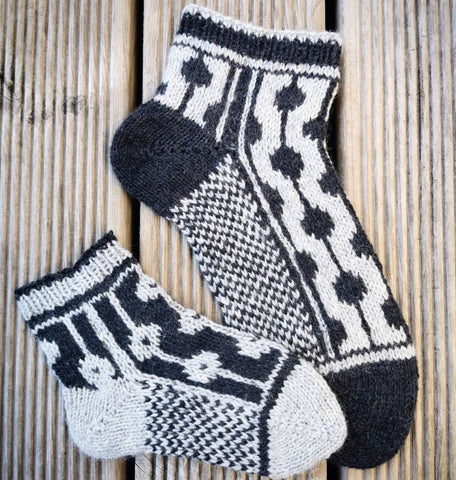 Dotted Line Socks Pattern Only -  Digital Pattern in English/Norwegian - Norwegian design