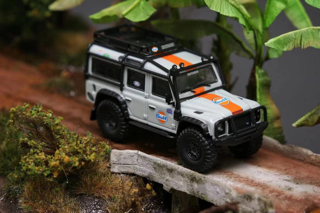 (Pre Order) Master 1:64 Land Rover Defender Gulf with Accessories