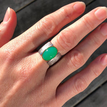 Load image into Gallery viewer, chrysoprase pyramid ring
