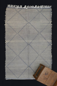 Medium Sized Grey and Cream Zenefi Carpet with Overall Diamonds  ...............(5'4''x8'5'')