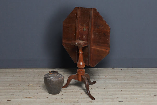 18th Century American Octagonal Tilt Top Table with Cabriole Legs