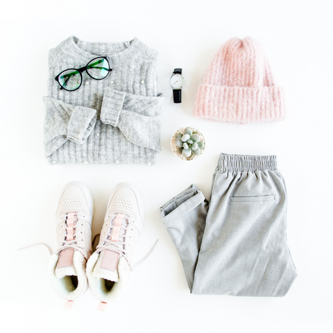 Grey knitted sweater, pink beanie, pink sneakers and grey trousers