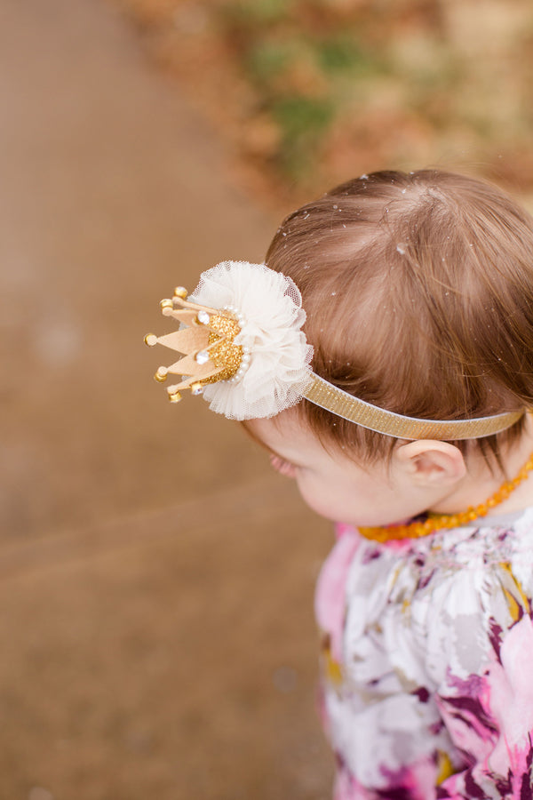 Birthday Girl Wearing Crown Headband | First Birthday Party | Katie Woody Photography