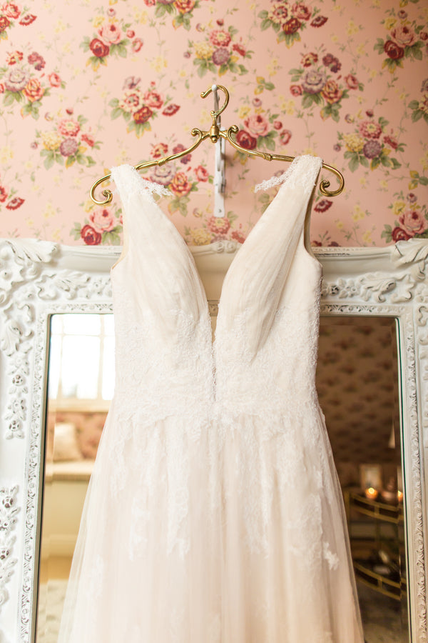 Lacy Wedding Dress | Al Fresco Vintage Wedding Shoot | Aldabella Photography