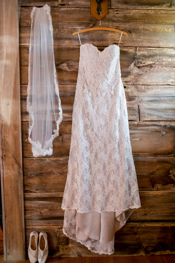 Bride's Wedding Dress | Elegant Barn Wedding | Jeannine Marie Photography
