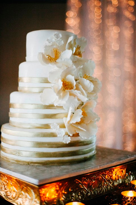 Gold and white wedding cake with white flowers | Derk's Works Photography