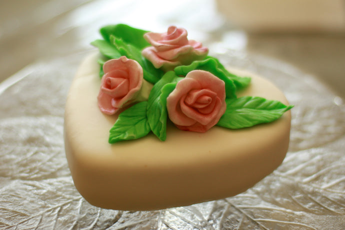 HOW TO MAKE PROFESSIONAL LOOKING ROLLED FONDANT