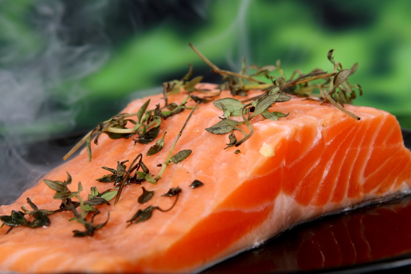 Clear skin diet: Raw salmon with herbs on top