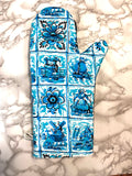 Oven mitts. Lifestyle. Netherlands light blue Holland print!
