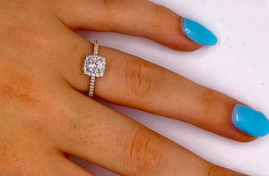 18K Gold Round Brilliant Cut 0.75 CTW Halo Diamond Engagement Ring F/VS2