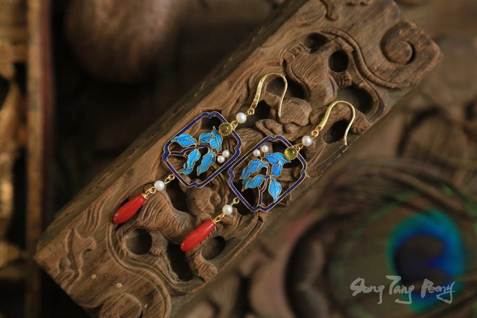 Window Scenery Kingfisher Filigree Earring w/ Coral