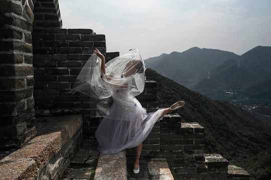 A model poses on the Great Wall of China during the Pierre Cardin China Legend 40th Anniversary Fashion Show on the outskirts of Beijing on September 20, 2018. (Photo by FRED DUFOUR / AFP) (Photo credit should read FRED DUFOUR / AFP via Getty Images )