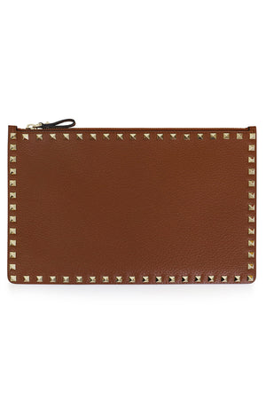 ROCKSTUD FLAT POUCH GRAINED LEATHER TAN