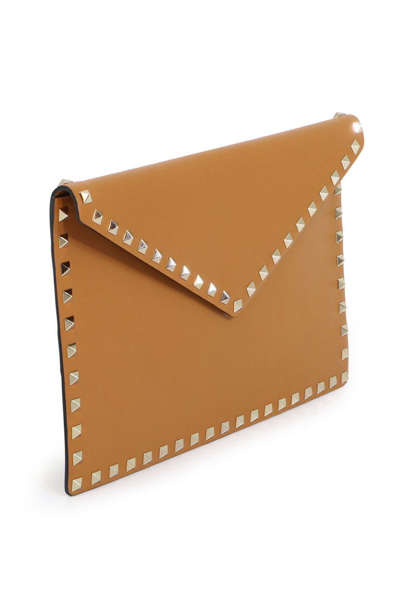 ROCKSTUD ENVELOPE POUCH SMOOTH LEATHER TAN
