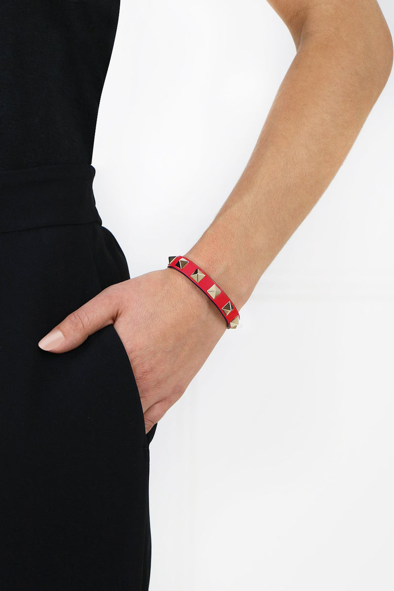 ROCKSTUD LEATHER CUFF ROUGE