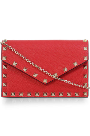 ROCKSTUD ENVELOPE CLUTCH ON CHAIN ROUGE