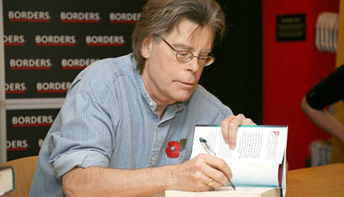 Stephen King signing a book