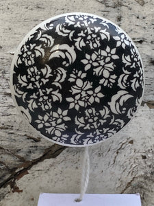 "1.5"" Black and white leaf knobs"