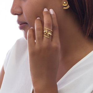 Yenae 14K real gold plated 4-way wear Tsirur Ring worn by a model.